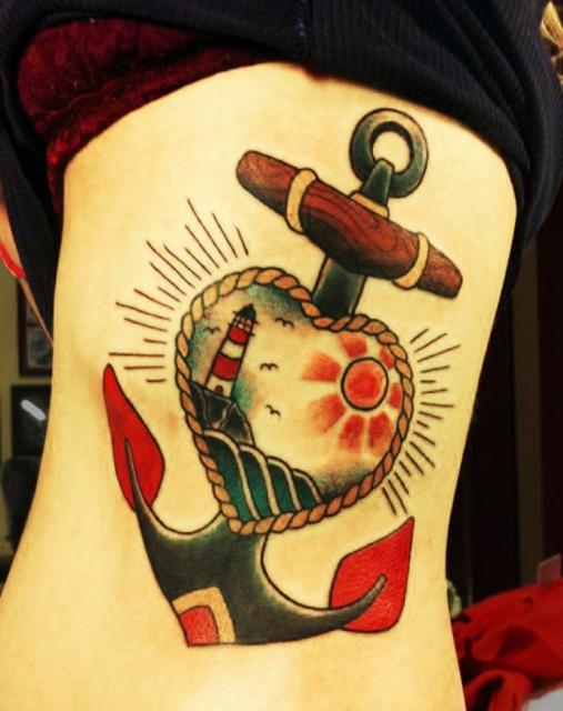 Татуировка якорь на женском боку