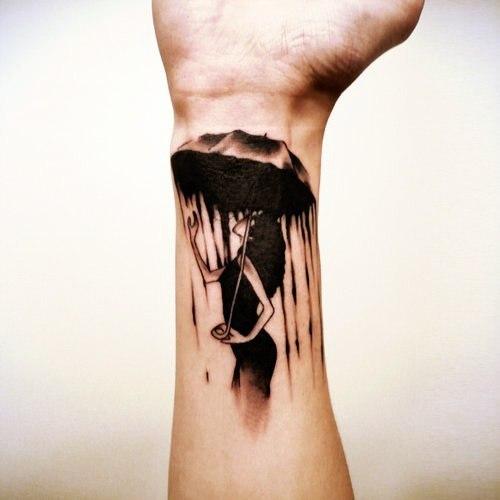 татуировка на руке девушка с зонтом