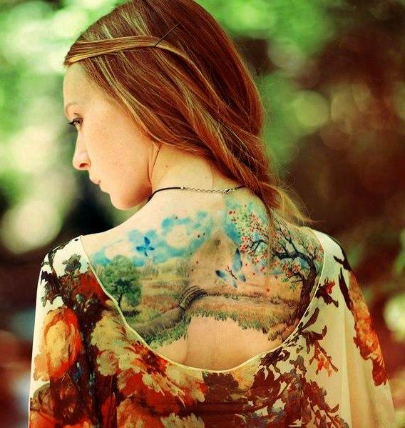 татуированная спина девушки
