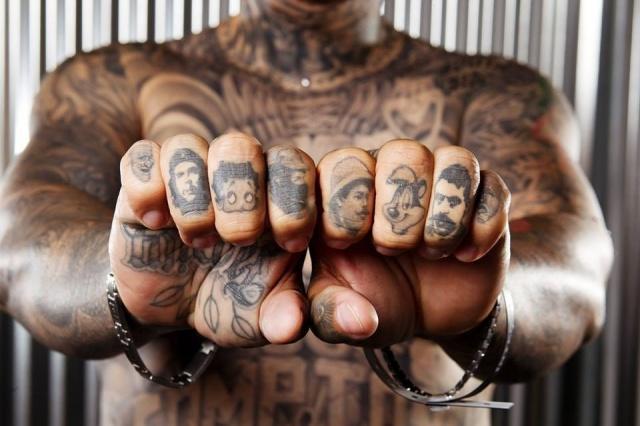 пальцы татуировки