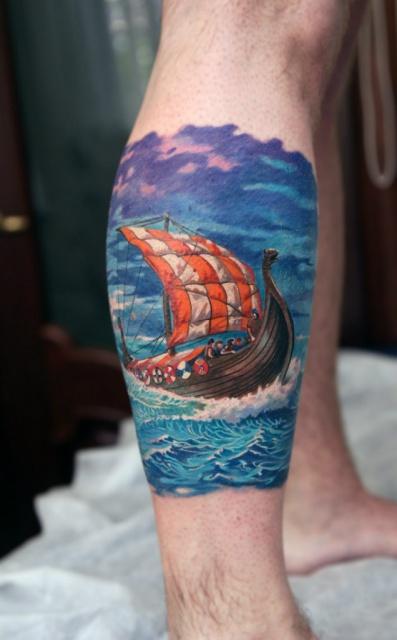 татуировка корабль на ноге