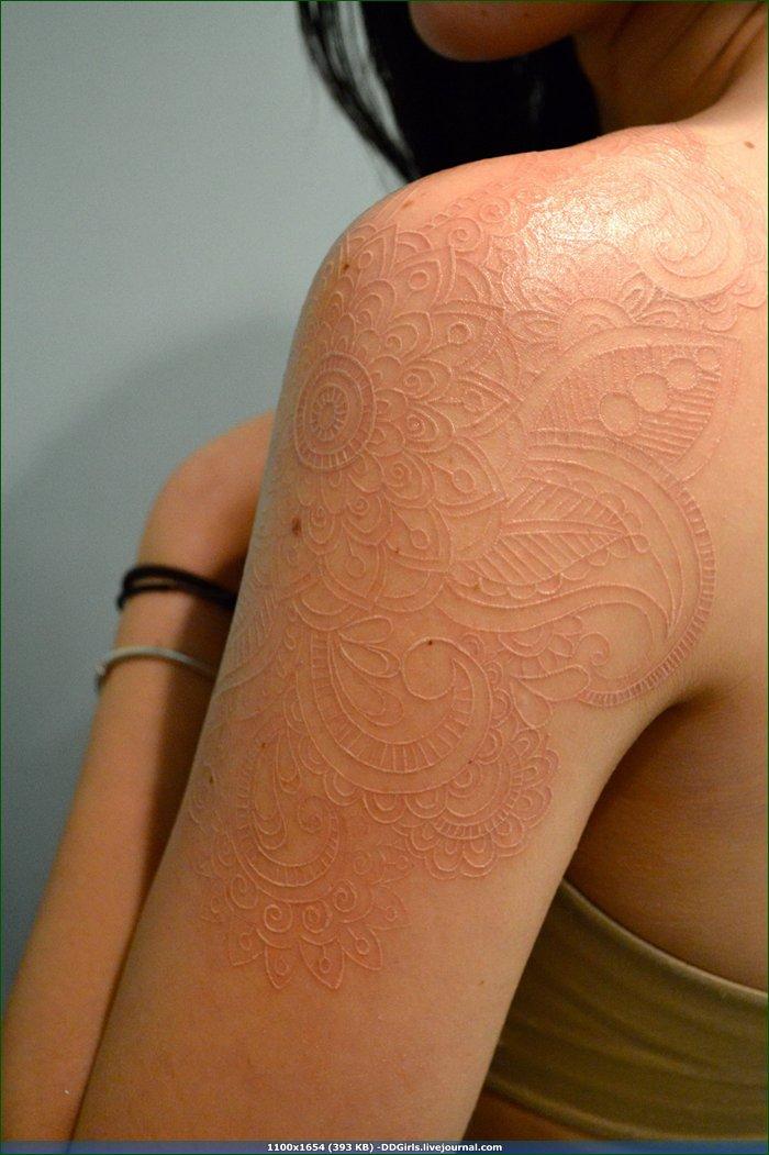 фото белая татуировка на женской руке