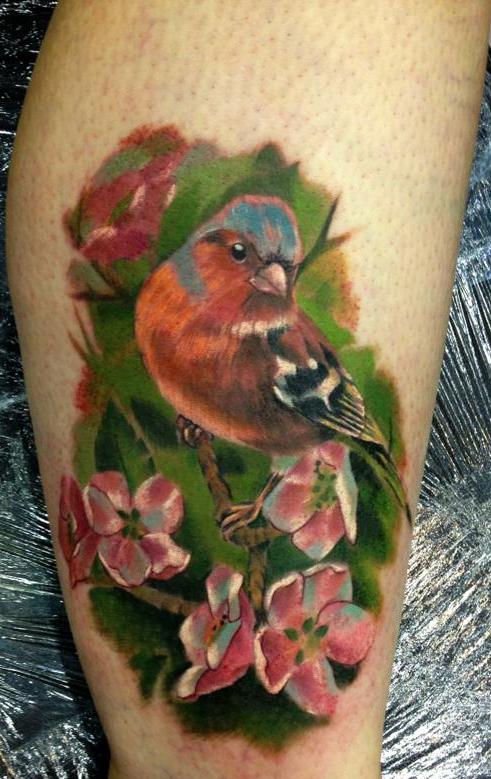 татуировка птицы на ноге