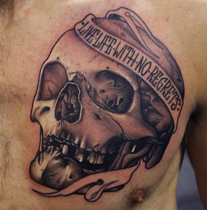 Череп на мужской груди в виде татуировки фото