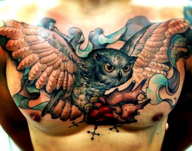 сова на мужской груди в виде татуировки
