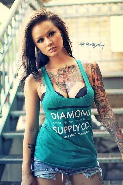 Красивая девушка в татуировках (3)
