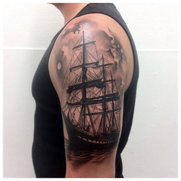 фото татуировки корабля на мужской руке