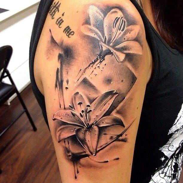 лилия цветок на руке татуировка