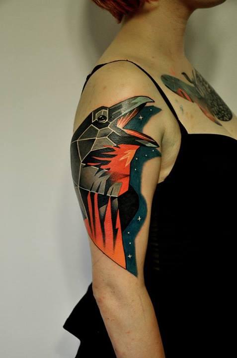 фото татуировки ворона на женской руке