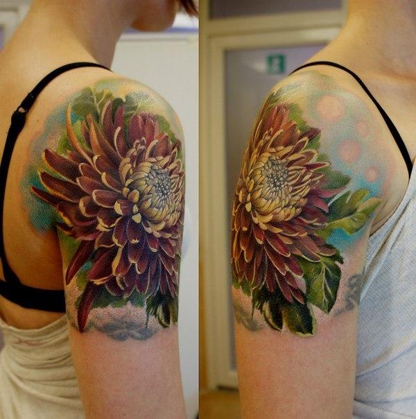 фото тату цветок на плече девушки