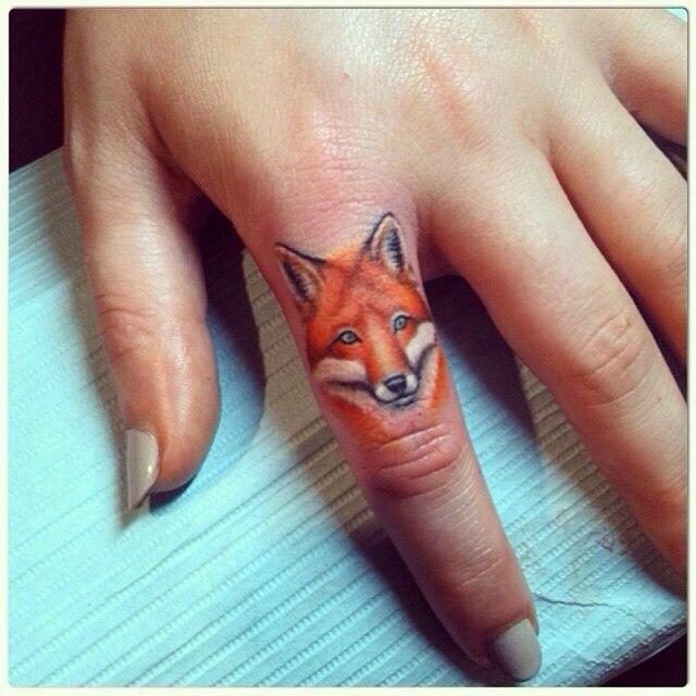 фото татуировки морды лисы на пальце