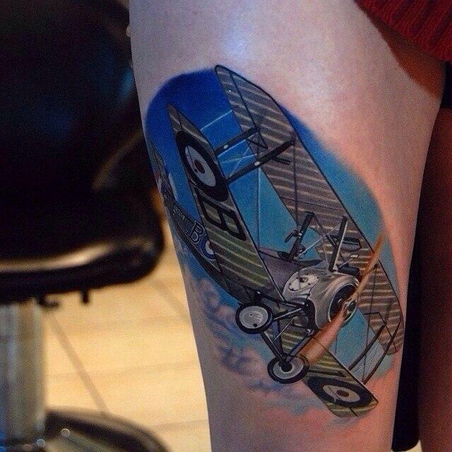 фото татуировки самолета Биплан