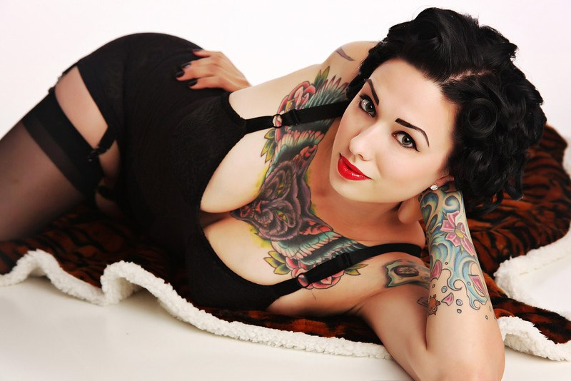 фото девушки в татуировках