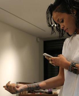 фото татуировки на руке Рианны (1)