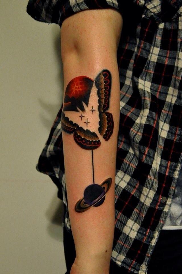 фото татуировки планеты Сатурн и бабочки на руке