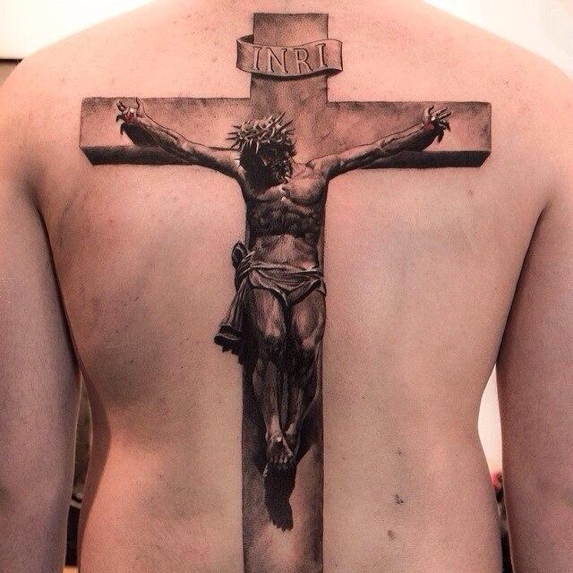 фото татуировки креста с Иисусом на спине