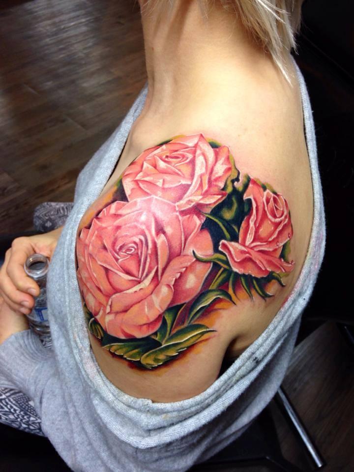 фото татуировки розы на женском левом плече